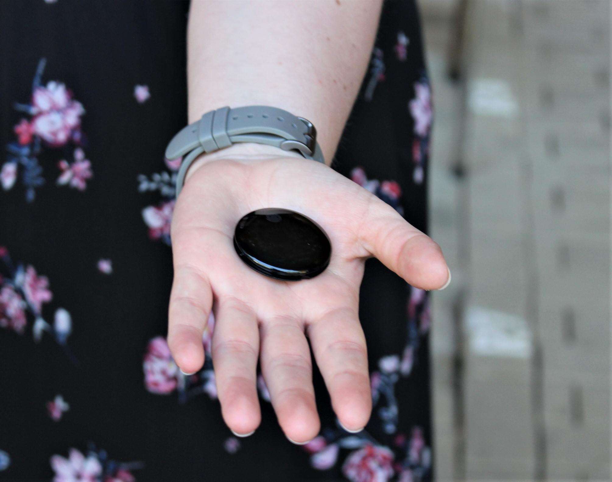 """Das """"indianische Amulett"""" bekommt noch ein buntes Band und wird von allen Besuchern getragen werden. Die erhobenen Daten sind wichtig für das Modellprojekt. Ohne dieses Prädikat wäre eine halbwegs normale Saison nicht möglich gewesen. (Foto: KARL MAY & Co./Kunz)"""