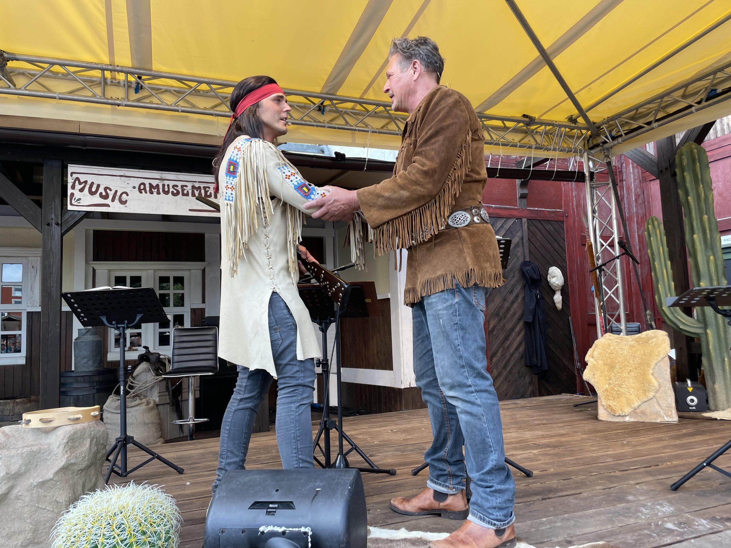 """""""Winnetou"""" Sascha Hödl und """"Old Shatterhand"""" Joshy Peters bei der Premiere des Live-Hörspiels """"Winnetou und das Gold der Rocky Mountains"""""""